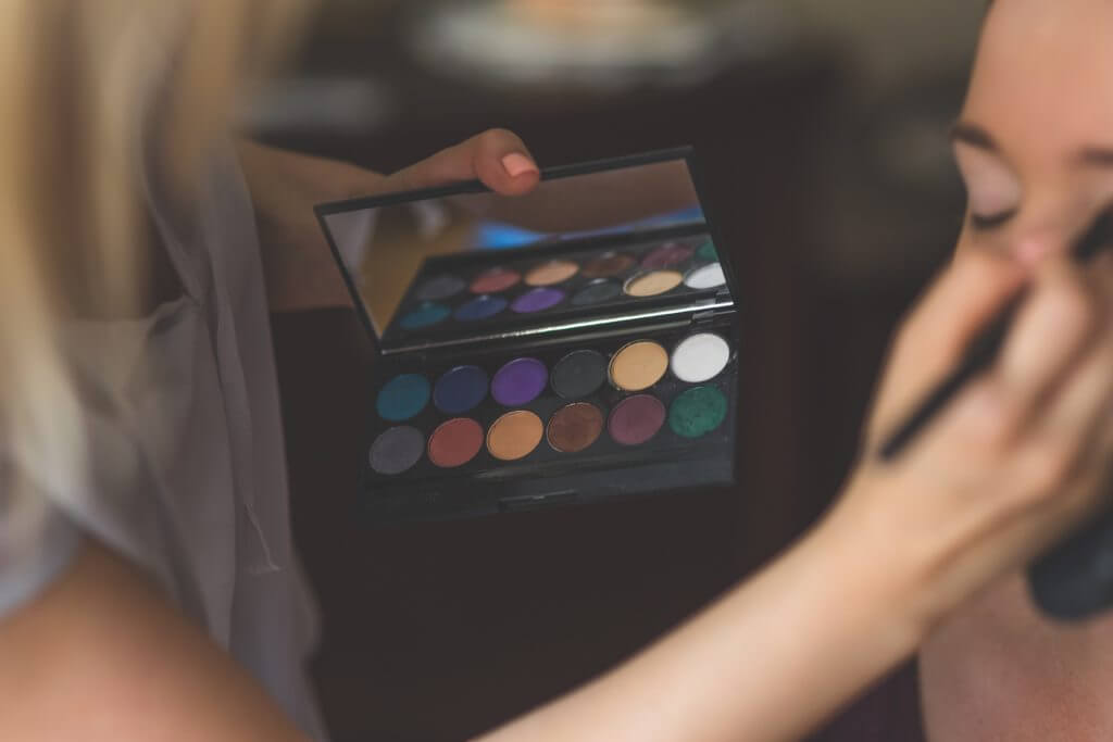 How to Offer Home-Based Makeup Services on a Freelance Basis (Infographic)
