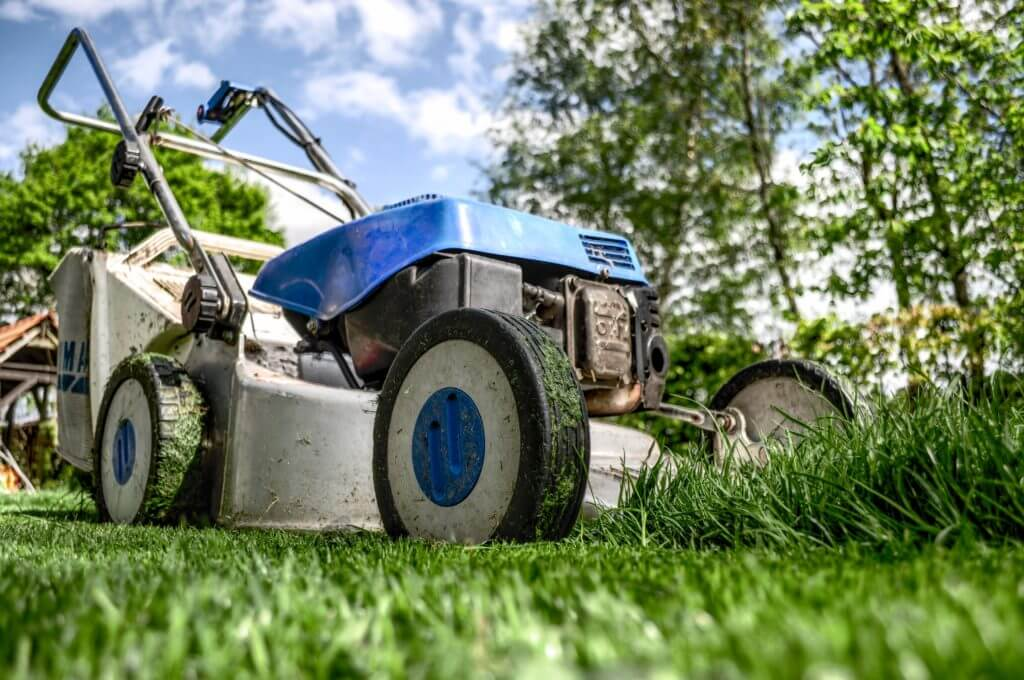 How to Start Selling Your Yard Work Services to Hustle on Weekends