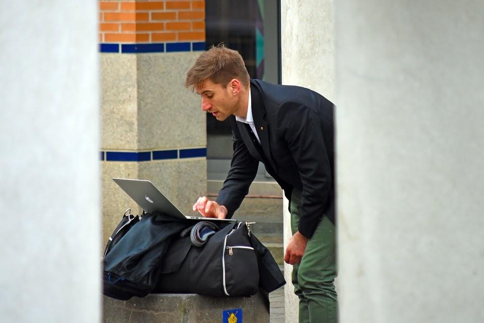 كيفية تحقيق التوازن بين إنشاء المحتوى والسفر باستخدام مدونة السفر