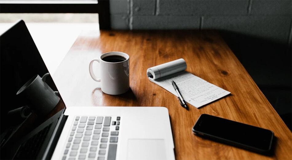 Comment utiliser les déductions fiscales en tant que blogueur (Conseils fiscaux pour les blogueurs) Ordinateur et notes Image
